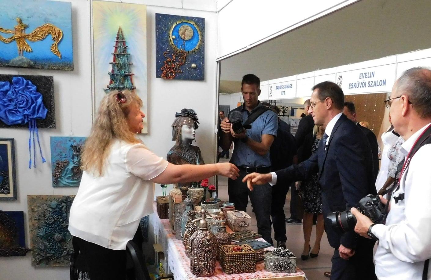 Varga Mihály pénzügyminiszter gratulál TikoTex alkotásaimhoz a X. Jász-Expon